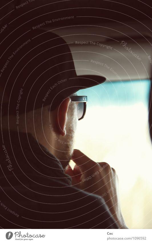 DJ Diskjockey Bildschirm Projektionsleinwand maskulin Junger Mann Jugendliche Kopf Fenster Autofahren Sonnenbrille Mütze Blick schwarz Coolness Konzentration