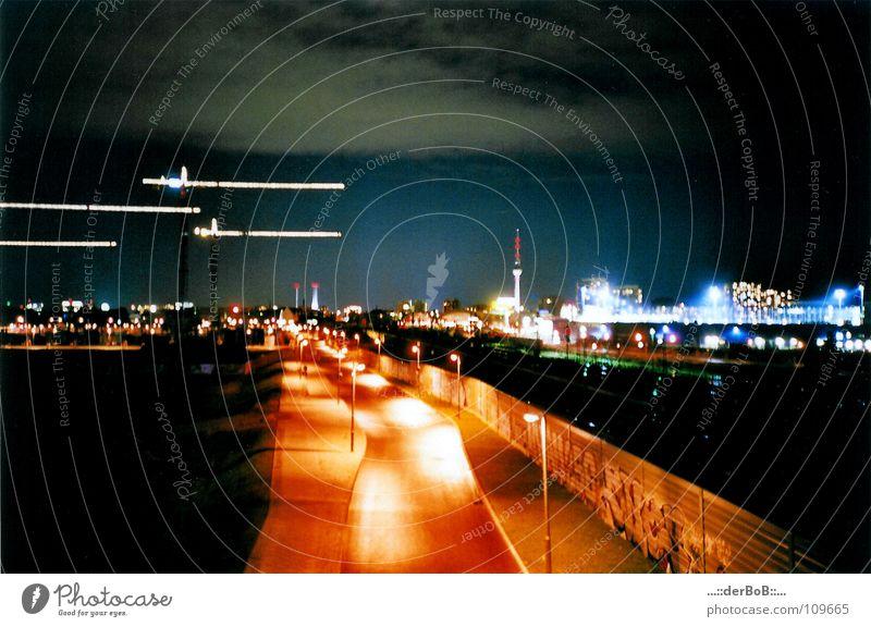 Berliner Nachtlicht blau Straße orange analog Laterne Kran Berliner Fernsehturm Oberbaum-City Warschauer Brücke