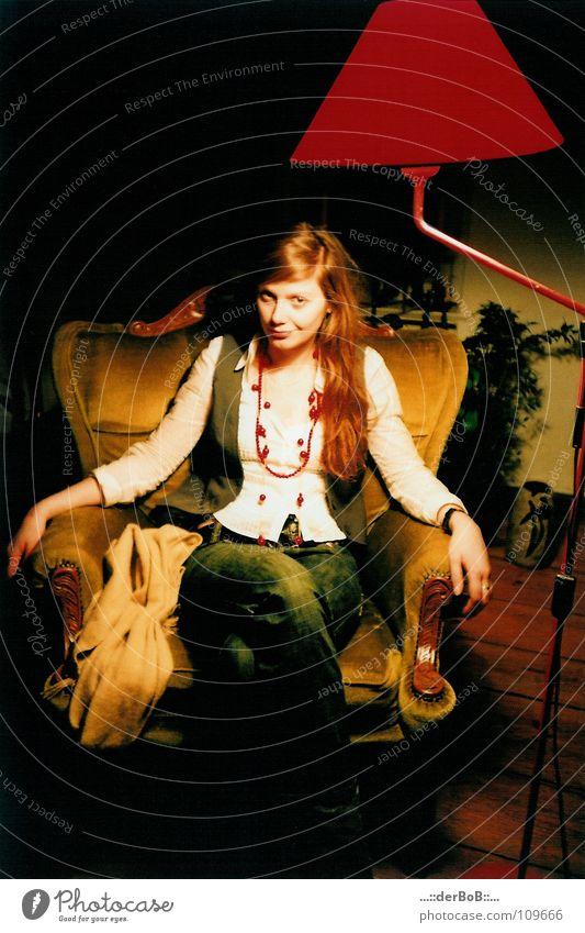 Schwiegertochter Frau Mensch rot Farbe Lampe Holz Bekleidung analog Kette Sessel Schal Weste Lomografie