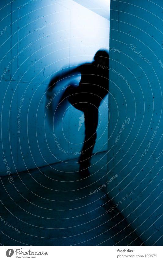 kUNFUG one Mann Wand Licht Parkhaus Tiefgarage Schwanz Bewegungsunschärfe Unschärfe Beton Kickboxen Fußtritt Geschwindigkeit Mitte unheimlich flüchten Defensive