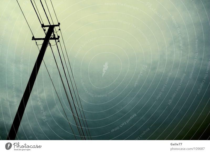 Unwetter naht Himmel dunkel Regen Angst Elektrizität gefährlich bedrohlich Gewitter Strommast Panik Leitung unheimlich verdunkeln halbdunkel