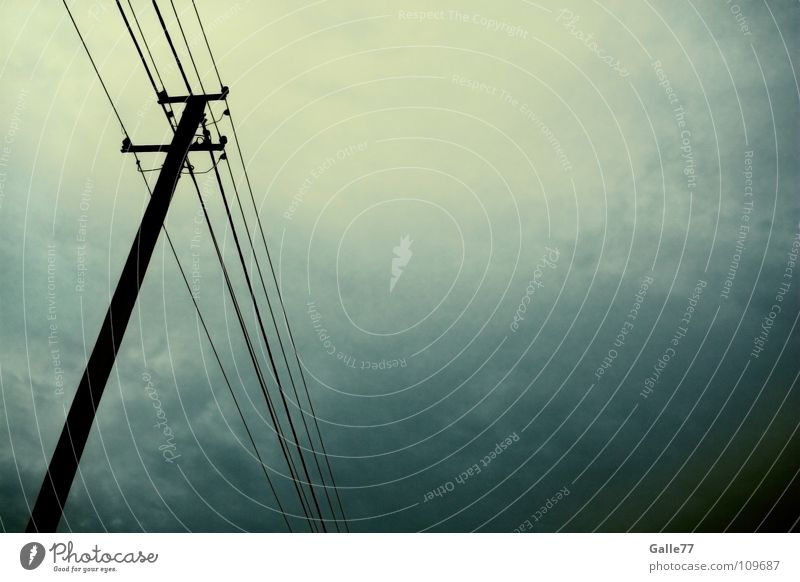 Unwetter naht Himmel dunkel Regen Angst Elektrizität gefährlich bedrohlich Gewitter Unwetter Strommast Panik Leitung unheimlich verdunkeln halbdunkel