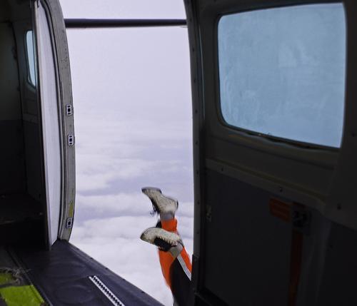 hoppla . . . Fallschirmspringen Helm Sport Fixer Pilot Flugzeug Fenster verrückt gelb grau Wolken Abenteuer Mann Hose Schuhe Flugplatz Profi Freizeit & Hobby