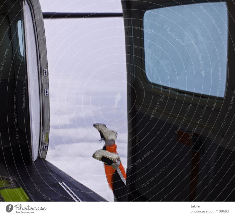 hoppla . . . Himmel Mann Jugendliche blau alt Freude Wolken gelb Fenster Sport Freiheit grau orange offen Tür Schuhe