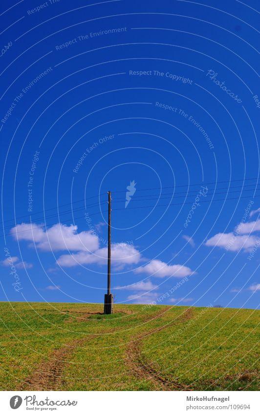 Strommast Himmel Sommer Wolken Einsamkeit Feld Energiewirtschaft Elektrizität Fußweg Strommast Pfosten Leitung Traktor geschwungen