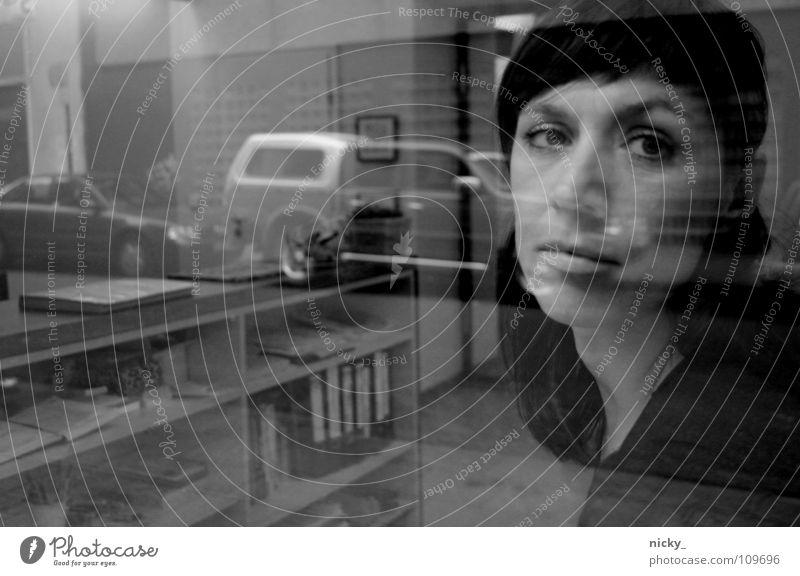 HURT Frau Licht Trauer Werkstatt Verzweiflung fenster melancholie PKW window car woman sad Traurigkeit Blick Stil eyes Auge Tattoo
