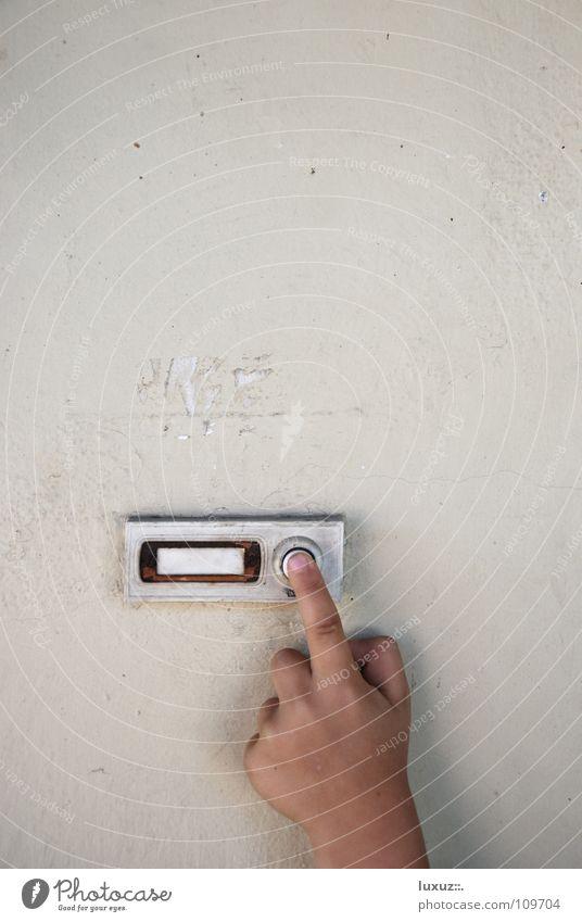 Der Besuch Kind Finger Hand Besucher besuchen anonym Eingang Putz frech ungeheuerlich Täuschung Ärger Nachbar Glocke Unterkunft schlafen Standort stimmen wählen