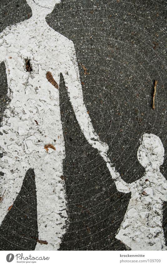 Es geschah am hellichten Tag Kind Mann Mädchen weiß Blatt Herbst Familie & Verwandtschaft klein laufen groß Spaziergang Asphalt Zeichen Vater Hut