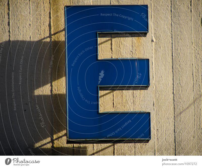 E wie Typographie Wand Beton Kunststoff blau authentisch Detailaufnahme Hintergrund neutral Silhouette Lichterscheinung Leuchtkasten hängen eckig Schattenspiel