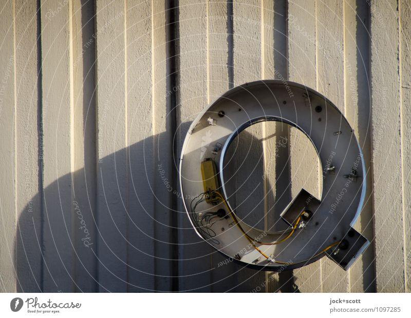 Q ausverkauft alt Wand Mauer Metall Design Schilder & Markierungen offen Schriftzeichen Beton einfach Vergänglichkeit Streifen kaputt retro Wandel & Veränderung