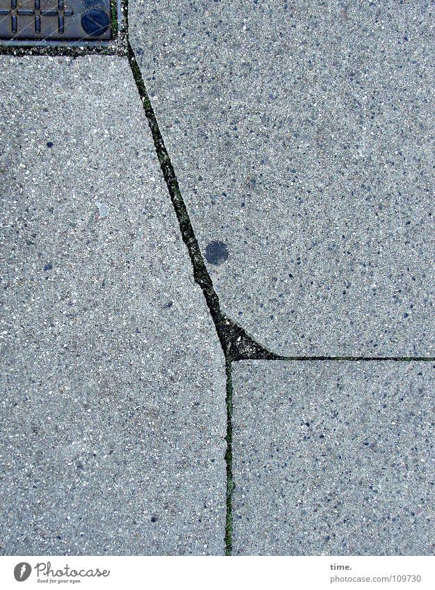 Ballettänzerin, sich an einem Balkon leicht festhaltend grau Linie Metall Kunst Beton Ecke kaputt Bodenbelag Bürgersteig Verkehrswege Riss Spalte Rätsel Bodenplatten Kunsthandwerk Bild-im-Bild