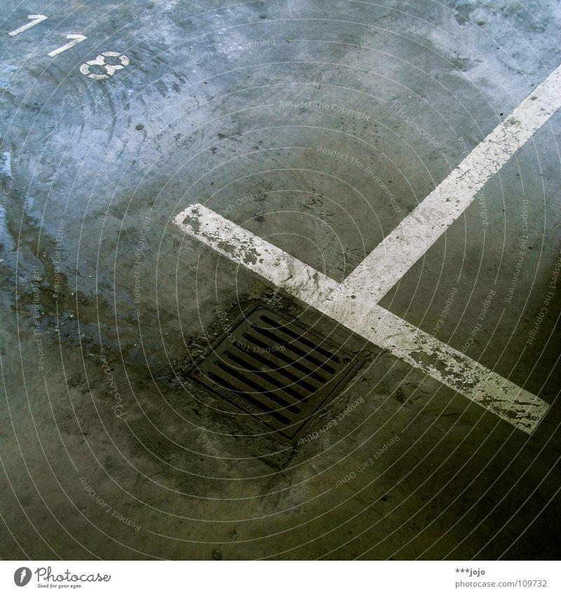 118 Parkhaus Linie gelb Gully Abfluss fließen Bodenbelag Beton dreckig Straßenverkehr Parkplatz Geometrie Untergrund Verkehrswege Schilder & Markierungen