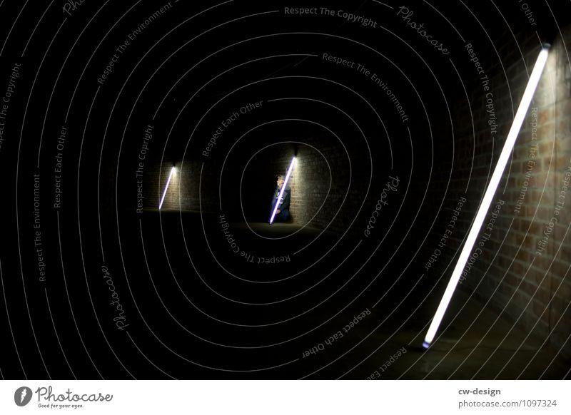 Lichtgestalt Mensch Jugendliche Mann Junger Mann Einsamkeit ruhig dunkel 18-30 Jahre Erwachsene Leben Wand kalt Traurigkeit Kunst Mauer Fassade