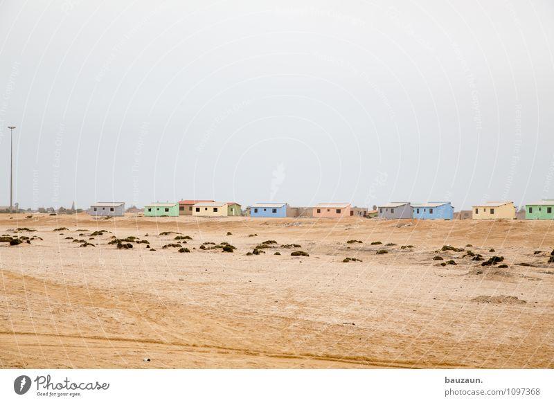 neubauprojekt. Ferien & Urlaub & Reisen Tourismus Handwerker Baustelle Erde Sand Himmel Wolken Klima Wetter Wüste Namibia Afrika Kleinstadt Haus Hütte Bauwerk