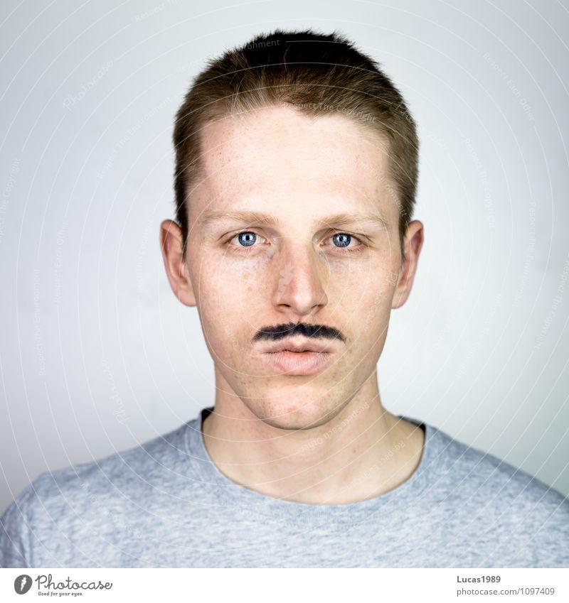 Mann trägt Bart Mensch maskulin Junger Mann Jugendliche Erwachsene 1 18-30 Jahre T-Shirt Haare & Frisuren blond kurzhaarig Oberlippenbart beobachten Coolness