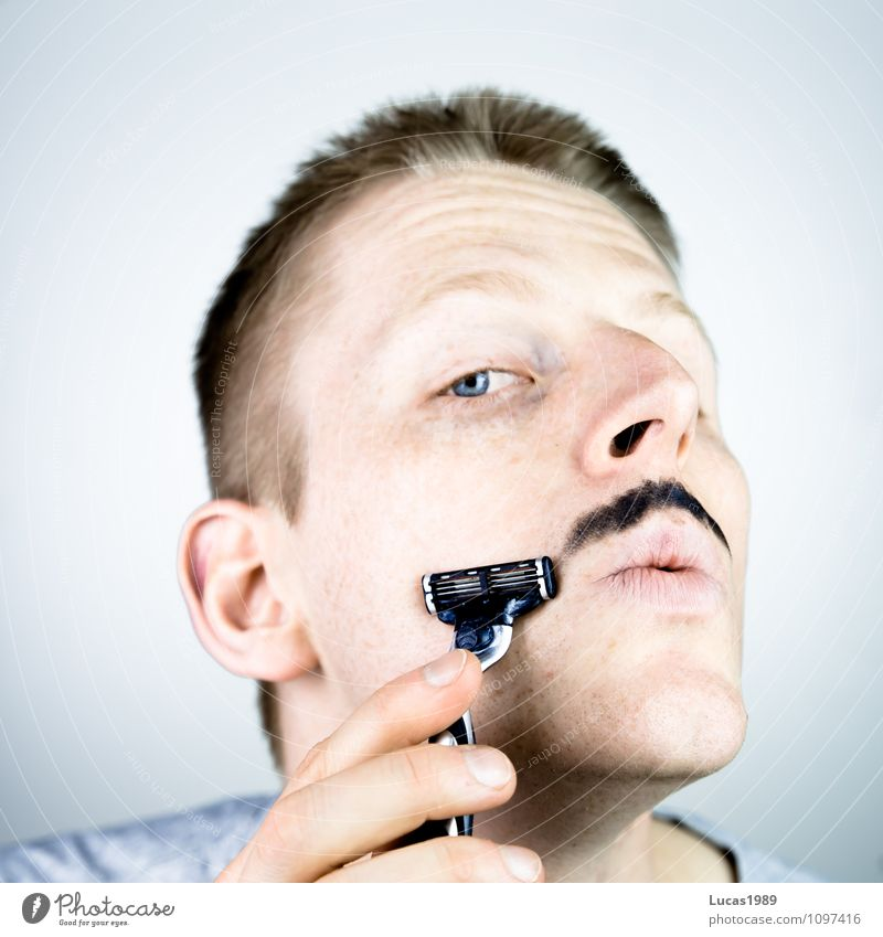 Konturen Mensch maskulin Junger Mann Jugendliche Erwachsene 1 18-30 Jahre T-Shirt Bart Oberlippenbart Schnurrbarthaare Nassrasierer Nassrasur Körperpflege