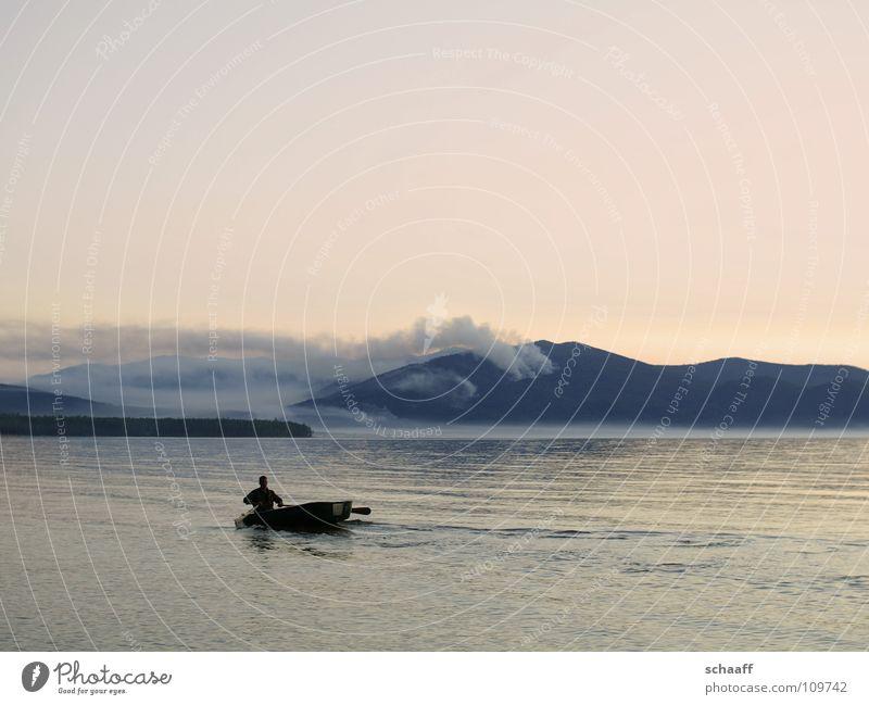 Irgendwo im Nirgendwo Dämmerung Wasserfahrzeug tief Nebel Physik See Meer Fischer Himmel Abend Russland Brand Rauch Wärme baikal