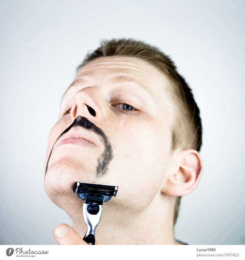 Rasur Mensch maskulin Junger Mann Jugendliche Erwachsene 1 18-30 Jahre Bart Oberlippenbart Rasierer Nassrasierer Rasieren blond stachelig Stoppel bemalt