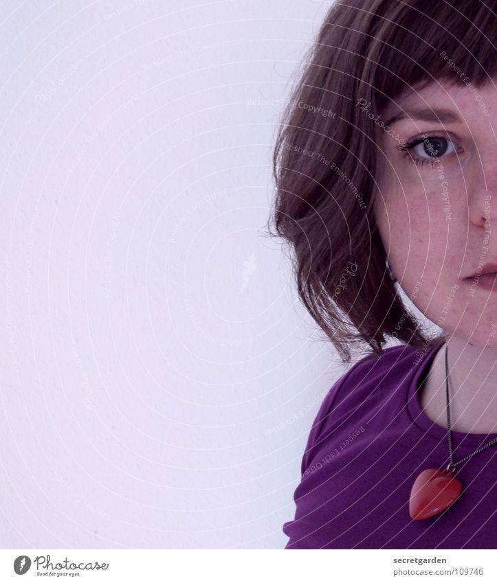 violetta Frau Fliederbusch rot T-Shirt Porträt Selbstportrait ernst Schmuck Kurzhaarschnitt Denken Wand weiß Torso Mensch Bekleidung Gleichgültigkeit