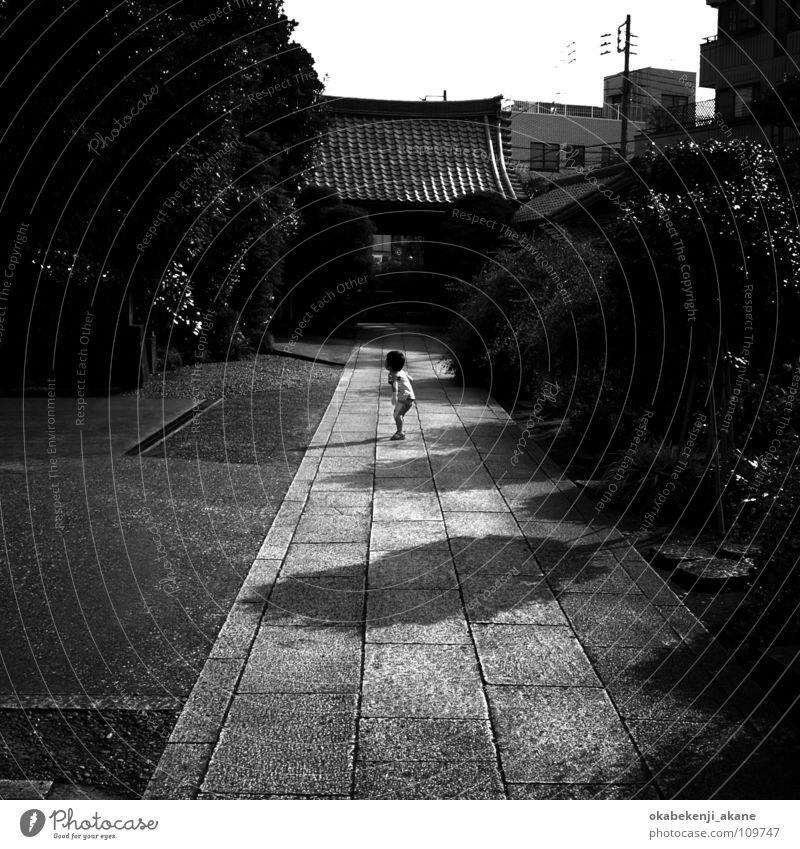 a boy Yanaka Friedhof Schwarzweißfoto child black white b/w nostalgic shrine trist