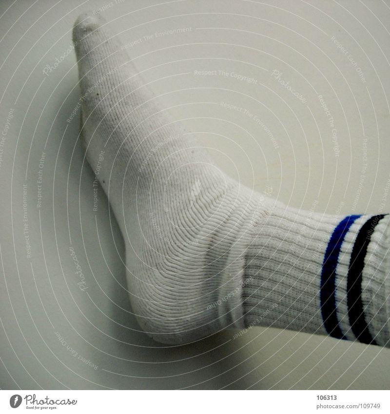 DAS HAUT MICH VON DEN SOCKEN Mensch Mann blau weiß schwarz Wand Bewegung Stil Beine Fuß gehen laufen modern Kreis Lifestyle Bekleidung