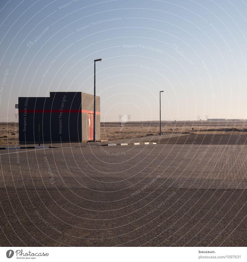 swakop. Handwerker Baustelle Erde Sand Himmel Wolkenloser Himmel Schönes Wetter Wüste Swakopmund Namibia Afrika Stadtrand Haus Bauwerk Gebäude Mauer Wand