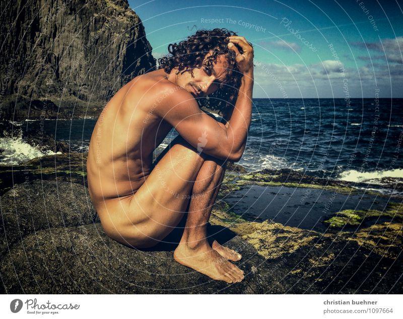 naked guy on the rocky beach schön Körperpflege maskulin Homosexualität 18-30 Jahre Jugendliche Erwachsene Sommer Schönes Wetter schwarzhaarig langhaarig Locken