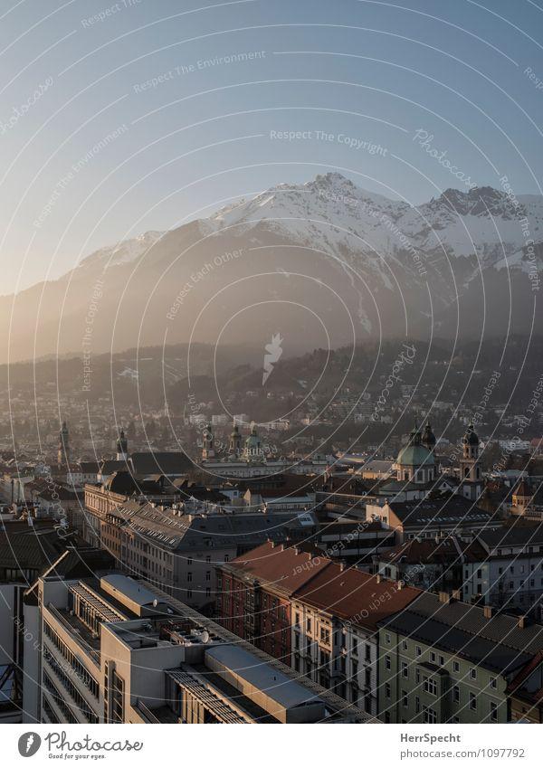 Abendlicht Winter Schönes Wetter Alpen Berge u. Gebirge Gipfel Schneebedeckte Gipfel Innsbruck Stadt Stadtzentrum Altstadt Gebäude Architektur historisch