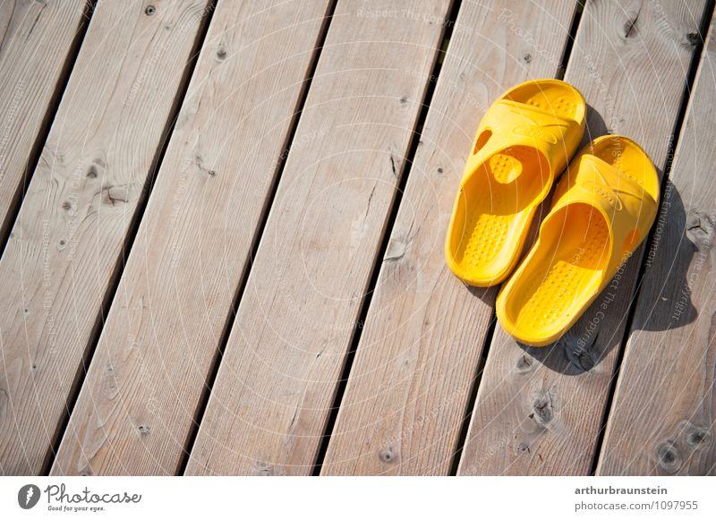 Badeschlappen am Steg Sommer ruhig Freude gelb Schwimmen & Baden See Lifestyle Freizeit & Hobby Schuhe Wellness sportlich Terrasse Fußgänger