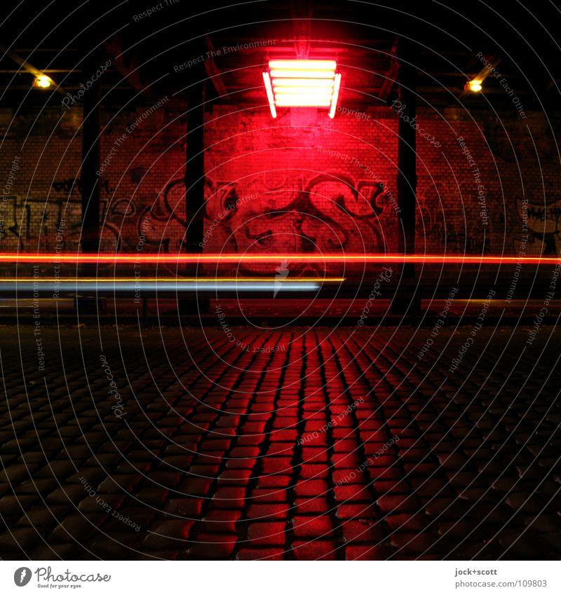 Raumflucht im Tunnel Wand Verkehr Verkehrswege Straße Graffiti leuchten dunkel Geschwindigkeit rot Kunst zeitlos Lichtinstallation Unterführung Säule