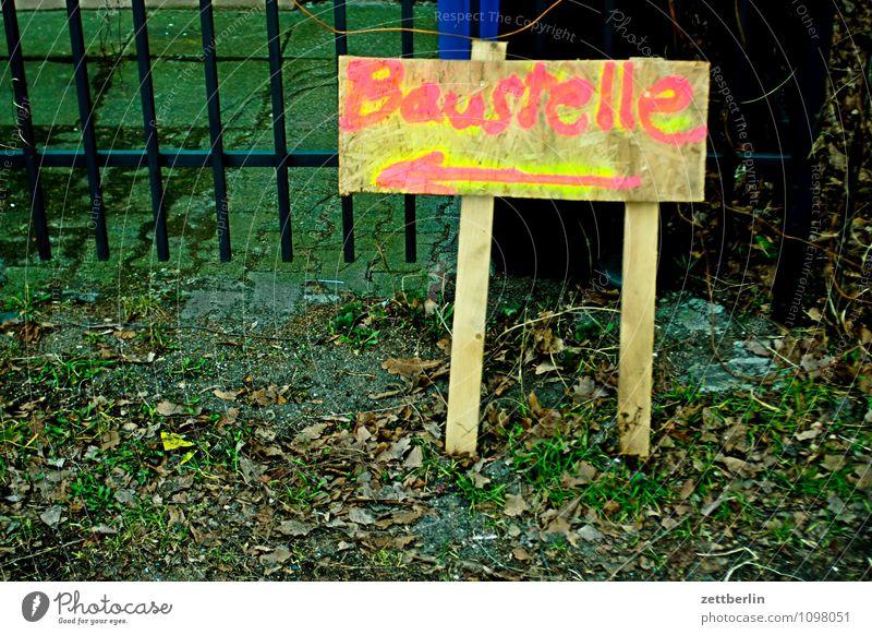 Baustelle für Mädchen Handwerker Hausbau zuführen Zufuhr Zufahrtsstraße Versand Verkehr Pfeil Richtung Orientierung Hinweisschild zeigen Holz
