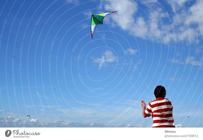 Kite runner Kiting rot weiß Mann Strand Spielen Himmelskörper & Weltall Jugendliche heaven blue blau Drache June Drachenfliegen fly Freiheit gutes Wetter