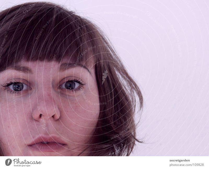 violetta IV Frau Fliederbusch Porträt Selbstportrait Kurzhaarschnitt Denken Wand weiß Mensch erstaunt Luke Haare & Frisuren Auge Mund schelmisch um die ecke