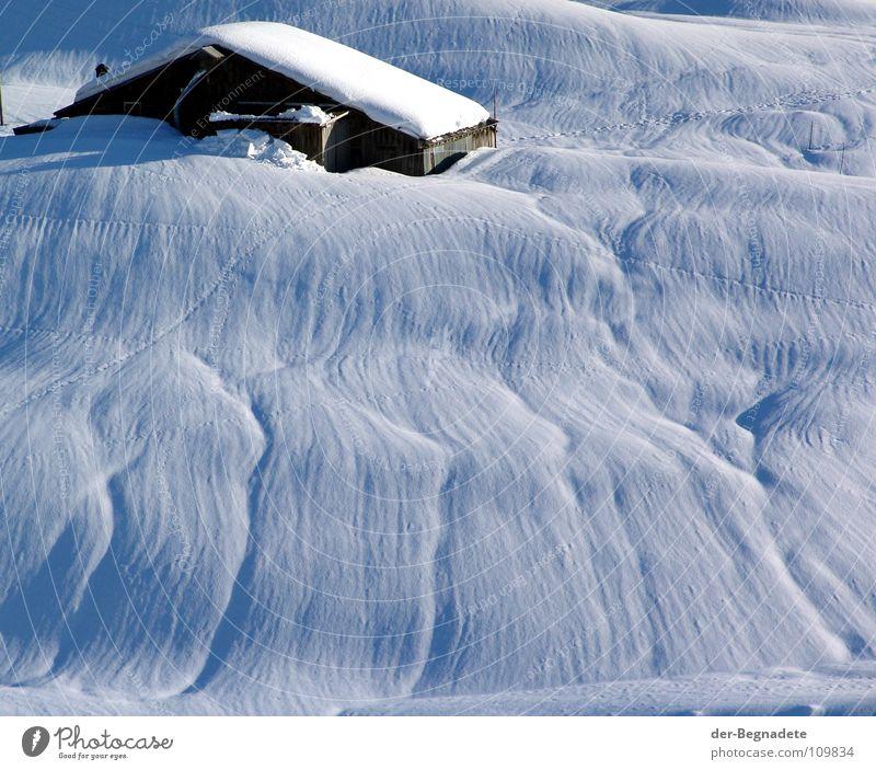 Eingeschneit Winter Februar kalt Neuschnee Winterurlaub Schneewandern Kanton Graubünden Schweiz weiß Schneewehe Holzhütte Berghütte Dach braun Schönes Wetter