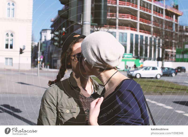 She don't think straight Mensch Stadt Gefühle Liebe feminin Glück springen Zusammensein Freizeit & Hobby authentisch warten Sex berühren Romantik nah rennen