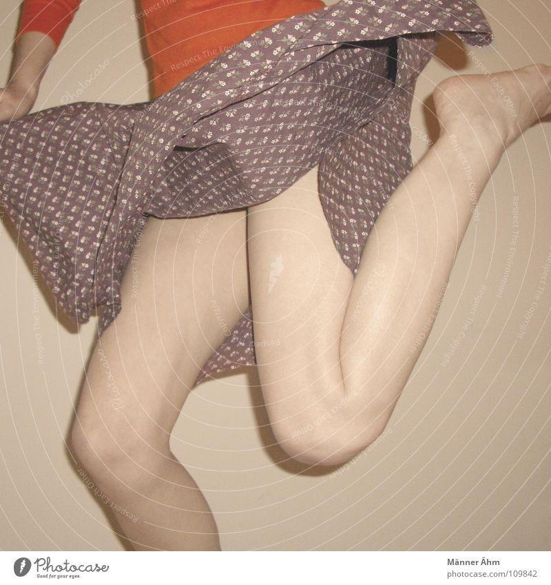 Remix. hüpfen springen Blume Schwung heben Bekleidung T-Shirt violett Hand Oberschenkel Sechziger Jahre Frau Konzert Musik Beine Tanzen Freude orange Fuß