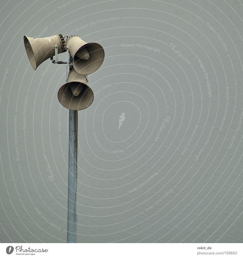 Durchzählen bitte: ...97, 98, 99! Da fehlt noch eins! ruhig grau Industrie Kommunizieren schreien hören Lautsprecher Rede Strommast Klang Warnhinweis laut Warnschild 123