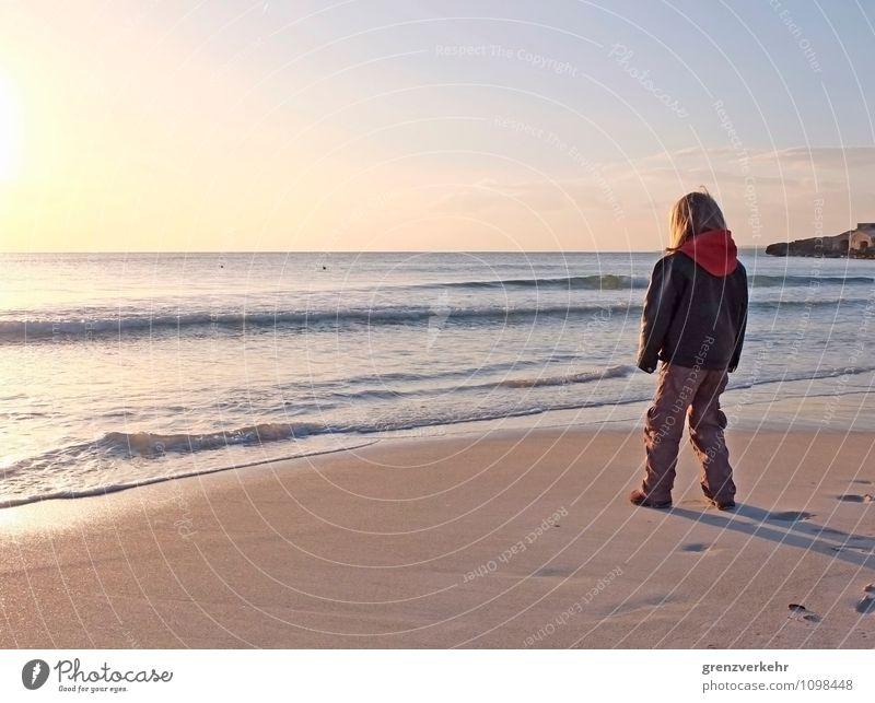 Fernblick Meer Kind 1 Mensch 3-8 Jahre Kindheit Sonnenaufgang Sonnenuntergang Mittelmeer Küste Strand stehen Ferne Fernweh Einsamkeit Meeresrauschen Lederjacke