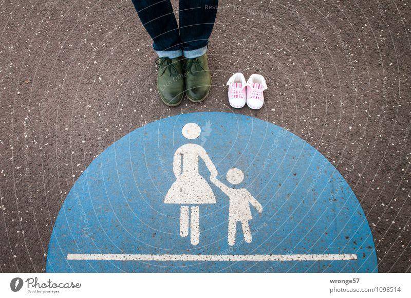 1 1/2 Einzelgänger Mensch Frau Stadt blau grün weiß schwarz Erwachsene feminin Wege & Pfade Beine Fuß rosa Schilder & Markierungen stehen Schuhe