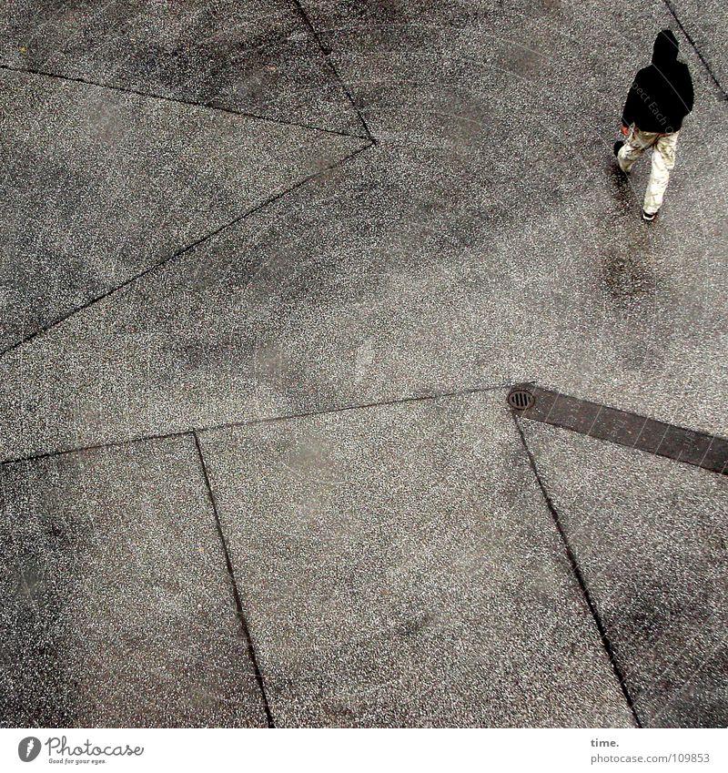 Lonesome Gang Star Mensch Einsamkeit kalt Bewegung grau gehen maskulin trist nass Ecke Asphalt Verkehrswege Langeweile Hinterhof Kapuze Feierabend