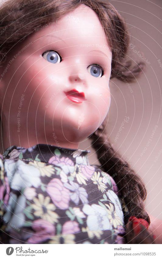 Erinnerung feminin Kindheit alt träumen Traurigkeit Trauer Einsamkeit Senior Puppe Puppengesicht Puppenauge Vergangenheit Vergänglichkeit vergangen