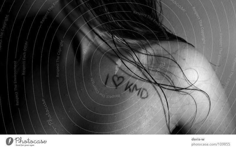 i love kmd Frau Wasser weiß schwarz Liebe dunkel feminin grau Haare & Frisuren Herz nass Schriftzeichen Schulter Sommersprossen Dekolleté Schlüsselbein