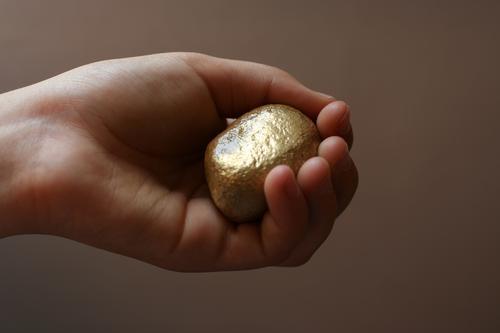 Rheingoldnugget Kind Hand Finger 1 Mensch 8-13 Jahre Kindheit Stein Gold glänzend Glück Gier Nuggets Falschgold falsch haltend schenken finden Kostbarkeit