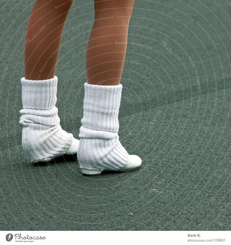 geh mir nicht auf die Socken Mensch Winter Straße kalt Herbst Wärme Wege & Pfade Beine Linie braun glänzend Haut Seil Bekleidung Streifen Frost