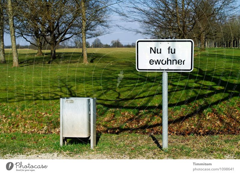 Missverständniss | ausgeschlossen! Umwelt Natur Landschaft Pflanze Himmel Schönes Wetter Baum Gras Park Müllbehälter Schilder & Markierungen Beschriftung Metall