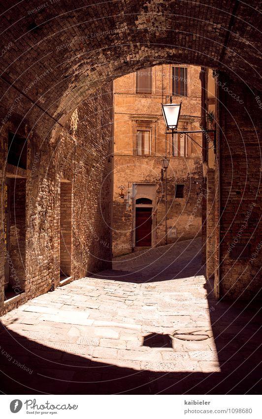 Lichtbogen Ferien & Urlaub & Reisen Stadt alt Sommer rot Haus Wand Architektur Gebäude Mauer orange Tourismus Italien rund historisch Straßenbeleuchtung