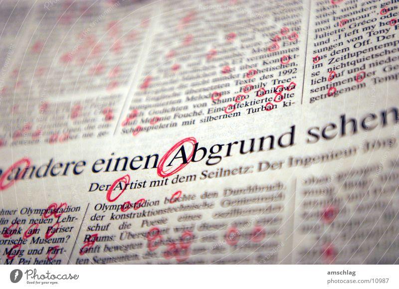 Abgrund rot Blatt Kreis Papier Buchstaben tief Zeitung Am Rand Text Printmedien Zeitschrift Charakter Block Wort Spalte Druckerzeugnisse
