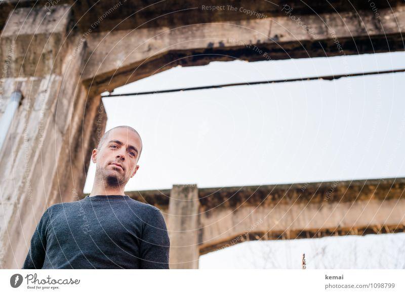 Herabschauen Lifestyle Stil Mensch maskulin Mann Erwachsene Kopf Brust Oberkörper 1 30-45 Jahre Pullover Betonpfeiler Coolness schön Fröhlichkeit Zufriedenheit