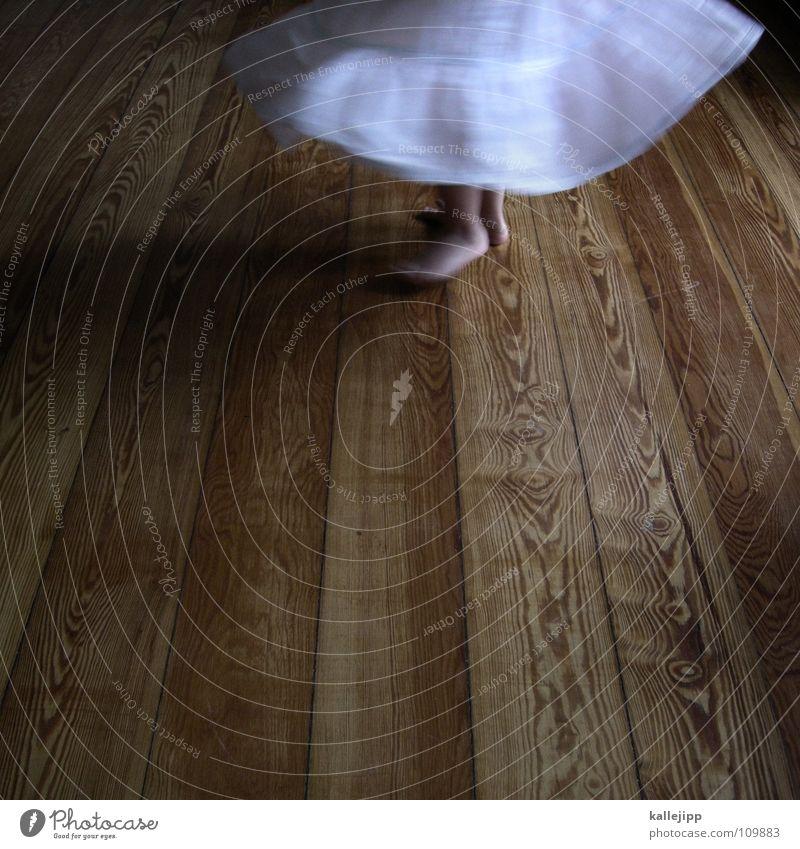 600 - abtanzball Kind Spielen drehen Bewegung Raum Wohnzimmer Show Kleid Barfuß Zehen Mädchen Bodenbelag Tanzfläche Holz weiß tanzn Tanzen dance Turnen balett