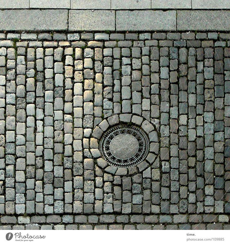 Ein neugieriges Auge in der Straße, sagt Lukas rot Straße grau Stein Metall Beton Kommunizieren rund Fliesen u. Kacheln Verkehrswege Kopfsteinpflaster Eisen Gully eckig Mineralien befestigen